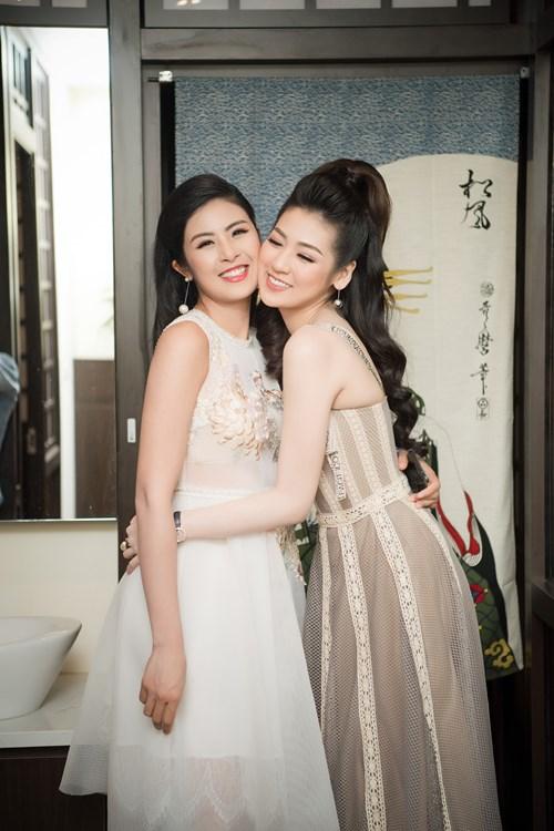 Ngọc Hân và Tú Anh vui mừng khi hội ngộ tại sự kiện.