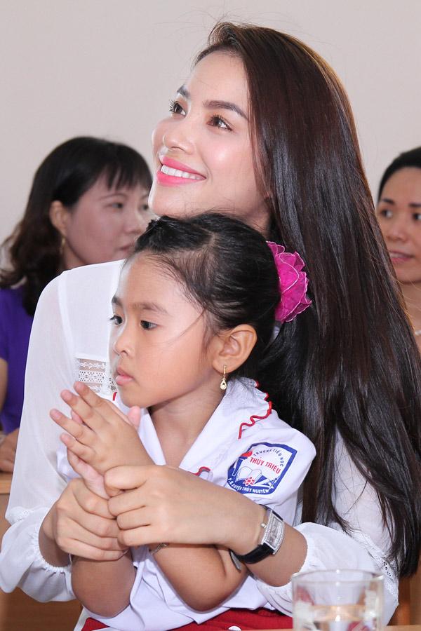 Trong lần về thăm trường cũ, cô đã san sẻ với những em học sinh có hoàn cảnh khó khăn bởi đồng cảm với các em.