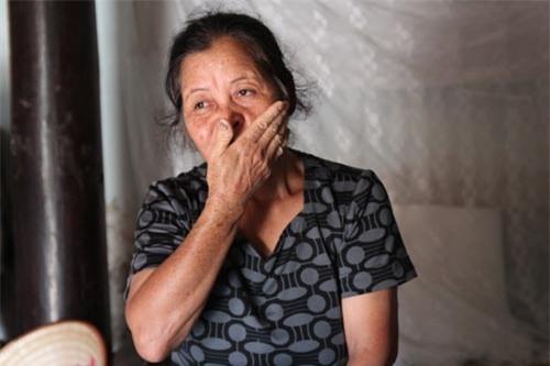 Không ít lần bà Bình rơi nước mắt khi kể lại hành trình khó khăn mà mình phải trải qua.