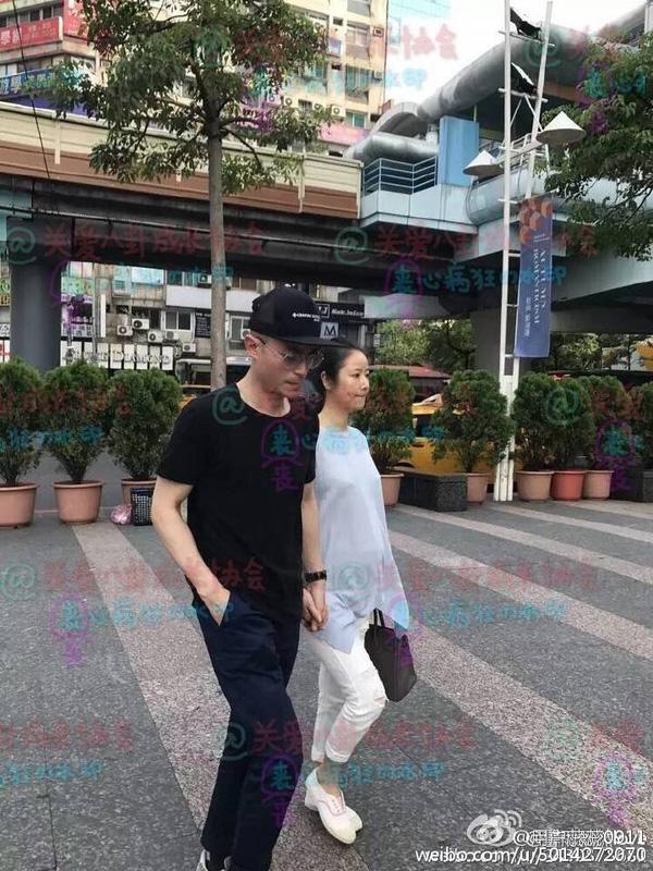 Hoắc Kiến Hoa không tươi cười khi đi chơi với vợ.