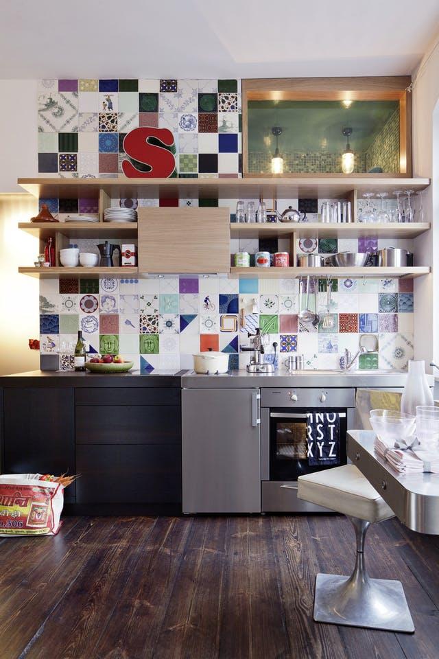 Chiếc bếp nhỏ nhưng vô cùng ấn tượng với bức tường gạch ấn tượng.