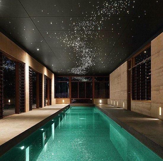 Tận dụng ngay lối đi trong nhà để thiết kế bể bơi sang trọng.