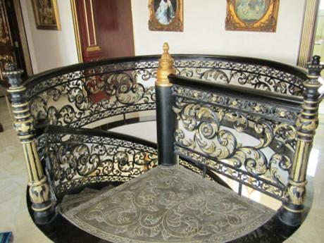 Thiết kế cầu thang tinh tế cầu kỳ. Những vị trí trung gian giữa các phòng luôn được bài trí tranh treo tường. Ảnh: Dân Việt.