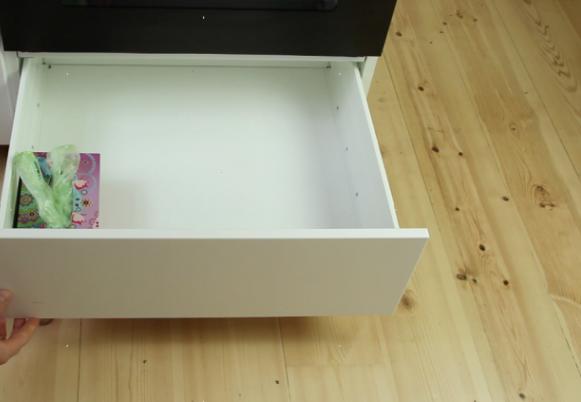 Cả ngăn tủ đựng bao ni lông bỗng chốc thu bé lại vừa bằng vài hộp giấy. (Ảnh: cleverly)