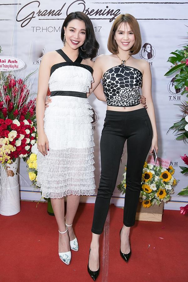 Ngọc Trinh khoe dáng sexy bên Trà Ngọc Hằng thanh lịch với váy ren trắng xếp tầng nhẹ nhàng.
