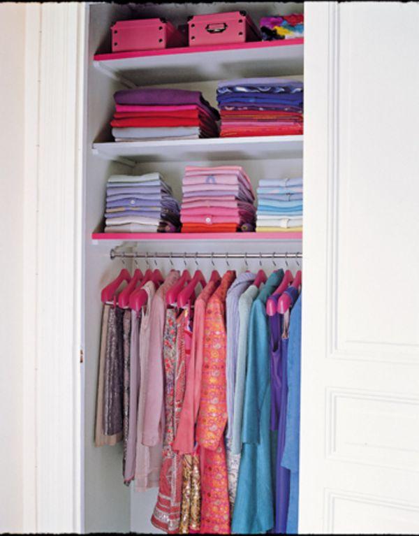 4. Nếu bạn đã sắp xếp tủ quần áo rất gọn gàng nhưng vẫn thắc mắc vì sao trông chúng không đẹp mắt như những gì bạn nhìn thấy trên tivi hay sách báo? Rất có thể bạn chưa biết những cách sau: sắp xếp quần áo theo màu sắc, thêm 1 chiếc gương để tăng hiệu ứng không gian cho tủ, hoặc sử dụng những chiếc hộp để cất các đồ lặt vặt - tránh rối mắt cho tủ quần áo...