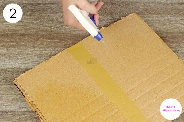 Bước 2: Làm ẩm tấm bìa. Đặt tấm bìa gần nơi có mối.