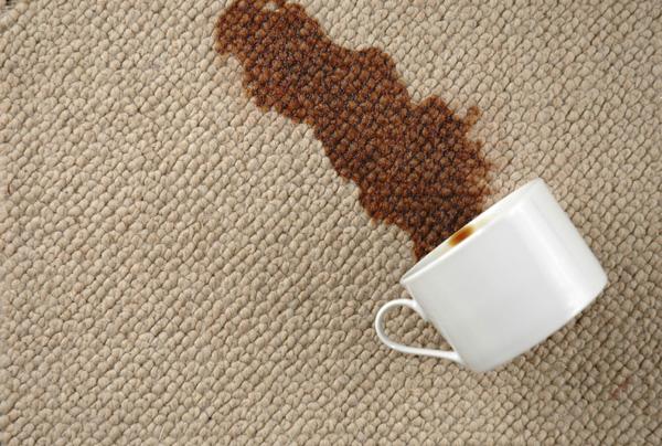 Màu nâu của cà phê luôn khiến nhiều gia đình bó tay và phải vứt đi chiếc thảm yêu quý. Giờ đừng lo lắng nữa, hãy trộn 1 thìa giấm trắng với 1/4 cốc cồn, rồi dùng vải ẩm thấm hút dần dần. Lặp đi lặp lại cho đến khi sạch hết vết bẩn biến mất.