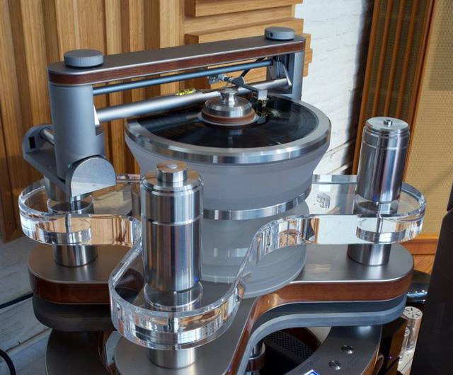 Thiết bị chơi đĩa vinyl có độ chính xác cao và chất lượng vượt trội. Bên ngoài, thiết bị này được thiết kế rất sang trọng.
