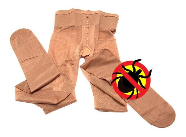 Bạn nên mang theo hai chiếc quần tất bên mình để bảo vệ bản thân khỏi bị côn trùng, ve, thậm chí đỉa cắn. Sau khi đã mặc một chiếc như bình thường, bạn hãy lấy chiếc còn lại, cắt phần chân, tạo một lỗ ở giữa rồi đội lên đầu.