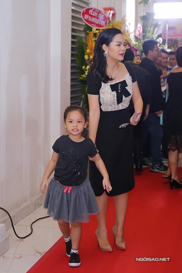 Phạm Quỳnh Anh vừa đón khách vừa phải để mắt đến cô con gái lớn.