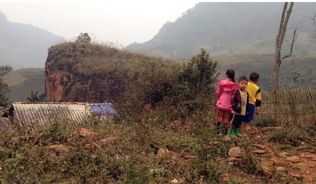 Công cuộc vận động các em học sinh miền núi tới trường rất gian nan (ảnh: Lệ Thu)