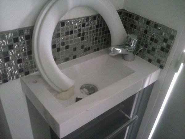 Bồn vệ sinh bị hỏng gãy.