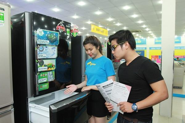 Nhân viên Điện máy Xanh giúp khách hàng nắm rõ về sản phẩm cũng như chế độ bảo hành
