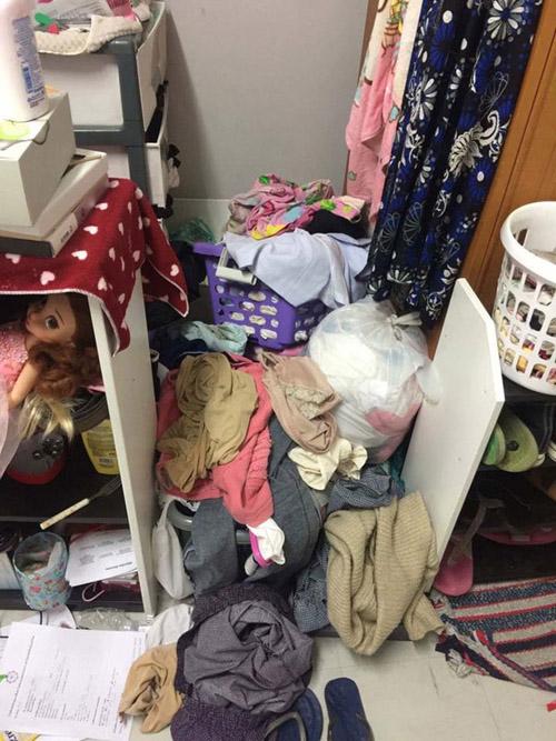 Quần áo dù sạch hay bẩn cũng bày bừa khắp nơi.