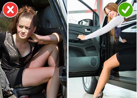 Thay vì bước lên xe mạnh mẽ, phụ nữ nên ngồi trên mép ghế rồi kéo chân vào sau. Ảnh: Brightside.
