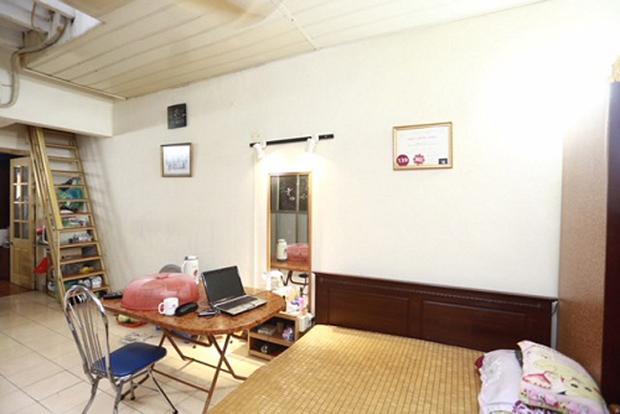 Căn nhà đơn sơ, ngăn cách giữa phòng khách và phòng ngủ với bếp chỉ là một vài vật dụng.