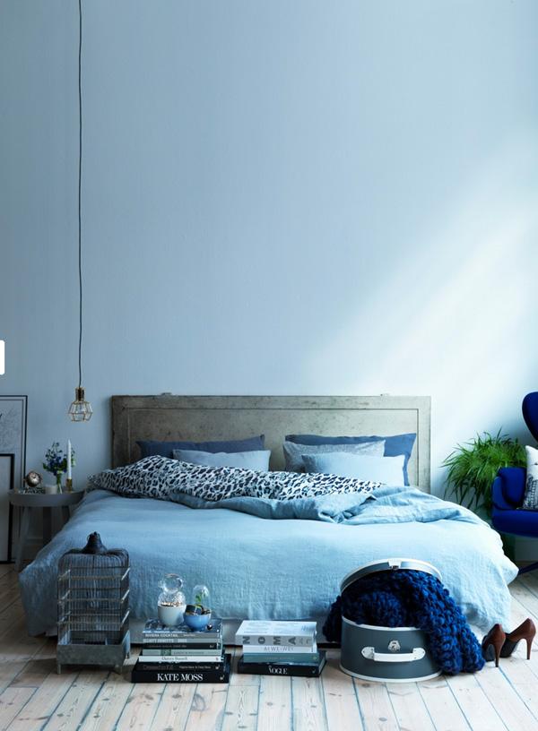 4. Những người ưa thích sự đơn giản lại ít đồ đạc có thể tham khảo cách bài trí phòng ngủ này. Trong phòng chiếc giường êm ái với bộ chăn ga màu xanh chính là trung tâm. Những đồ đạc được chủ nhân xếp gọn gàng để vừa tiện lưu trữ, vừa biến chúng thành đồ trang trí trong phòng.