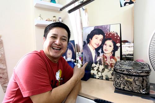 Anh vui vẻ trước tấm ảnh cưới huyền thoại một thời của hai vợ chồng.