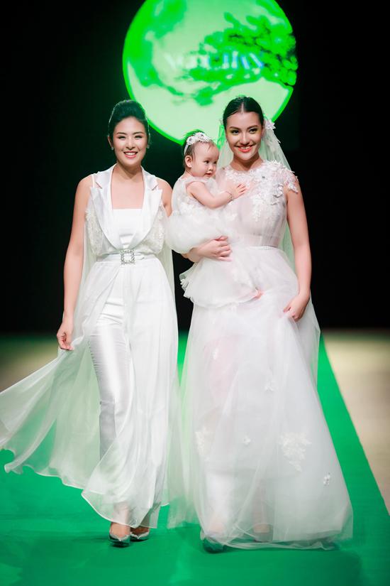 Trên sàn diễn tối qua, Ngọc Hân còn sải bước bên hai mẹ con Hồng Quế ở phần kết của bộ sưu tập.