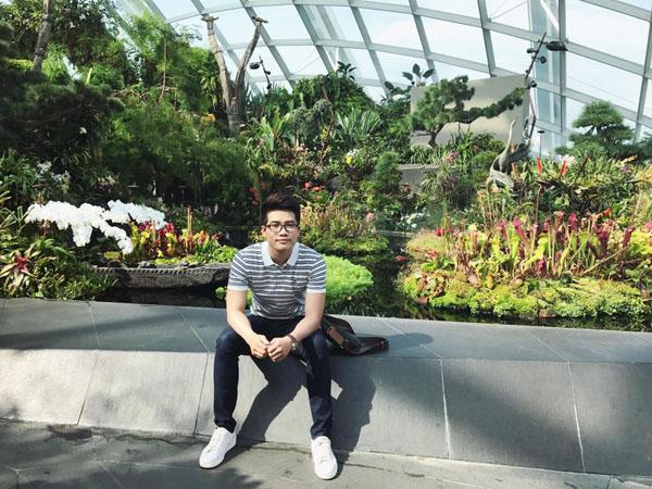 Thầy giáo Nguyễn Gia Thọ, chủ nhân của căn nhà màu xanh đang gây sốt.