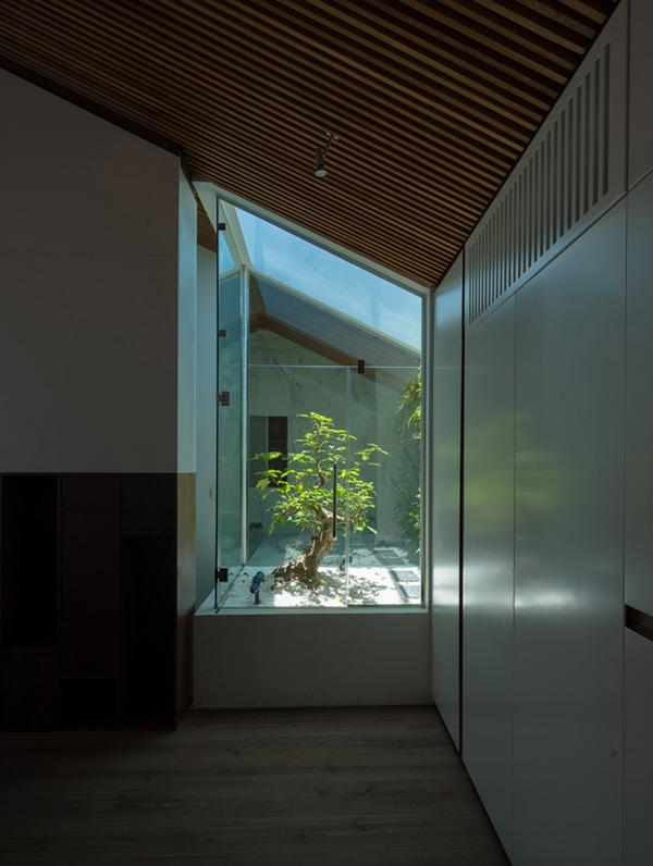 Bắt tay vào cải tạo, đội ngũ kiến trúc sư đã lên ý tưởng tập trung sửa sang phần sân thượng phía sau nhà và căn gác mái, tạo thành một căn hộ hiện đại núp trong dáng vẻ của căn nhà cổ kính.