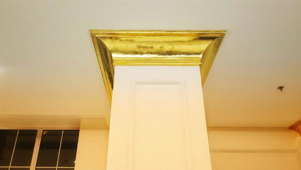 Viền cột nhà cũng được dát vàng tỉ mỉ đến từng chi tiết.