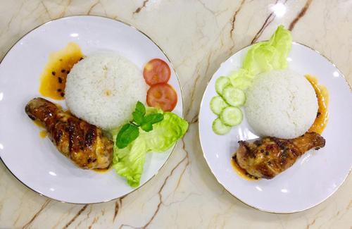 - Xếp gà cùng cơm, hay gà không thôi, rưới nước sốt, ăn kèm xà lách dưa leo.