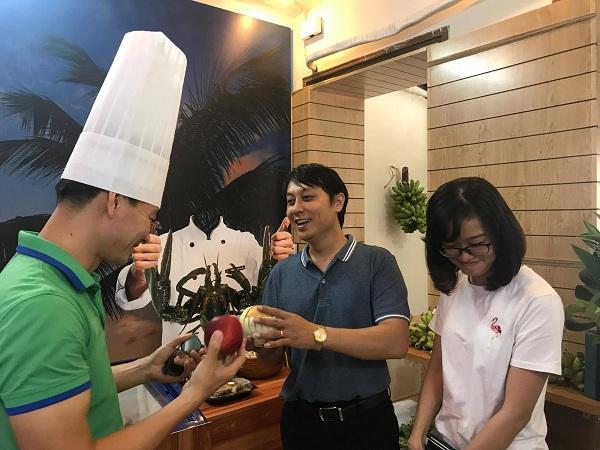 Nghệ sĩ Xuân Bắc tặng quà cho khách hàng đến mua thực phẩm hữu cơ tại Smile Cook