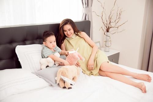 Vy Oanh và con trai tự tay chuẩn bị quà cho chồng.