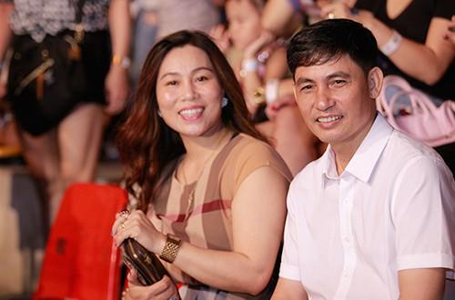 Nhiều trang sức, phụ kiện đắt tiền được mẹ Sơn Tùng đeo trên người khi đi sự kiện cùng ông xã và con trai.