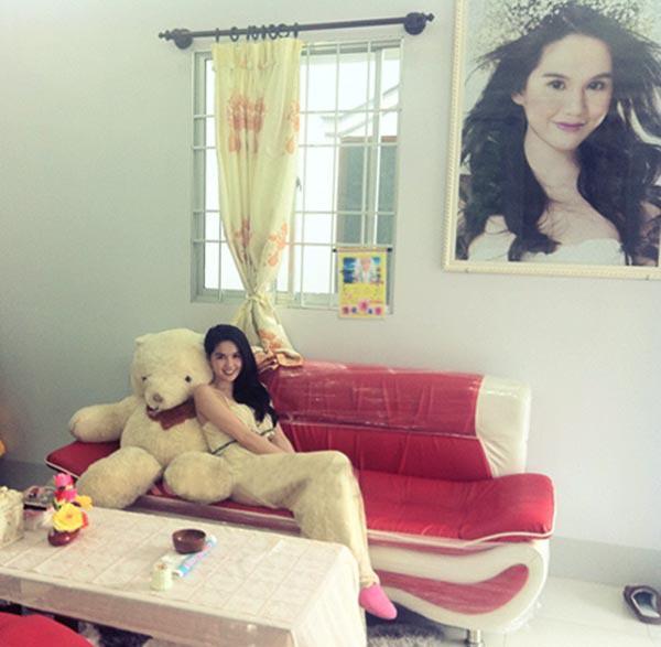 Khu vực phòng khách nhà Trinh cũng có treo ảnh của cô.