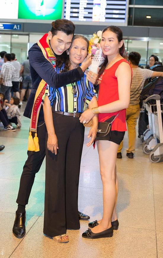 Ngọc Tình ôm chặt mẹ ruột và chị gái khi cả hai ra sân bay chúc mừng chiến thắng của anh.