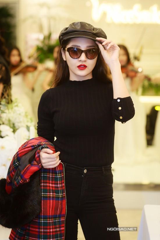 Không chọn trang phục sexy, Bảo Anh diện set đồ đời thường khi bay ra Hà Nội tham gia chương trình.