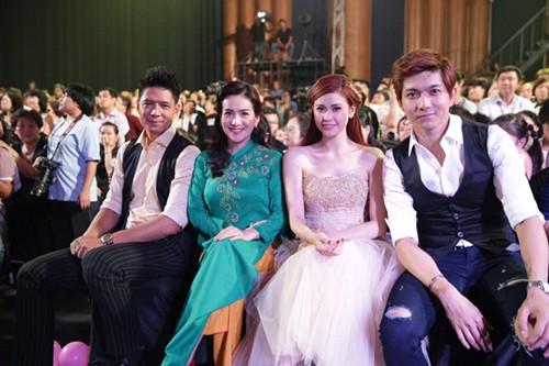 Gia đình Bình Minh - Anh Thơ và Tim - Trương Quỳnh Anh từng ngồi cạnh nhau tại một sự kiện âm nhạc năm 2015.