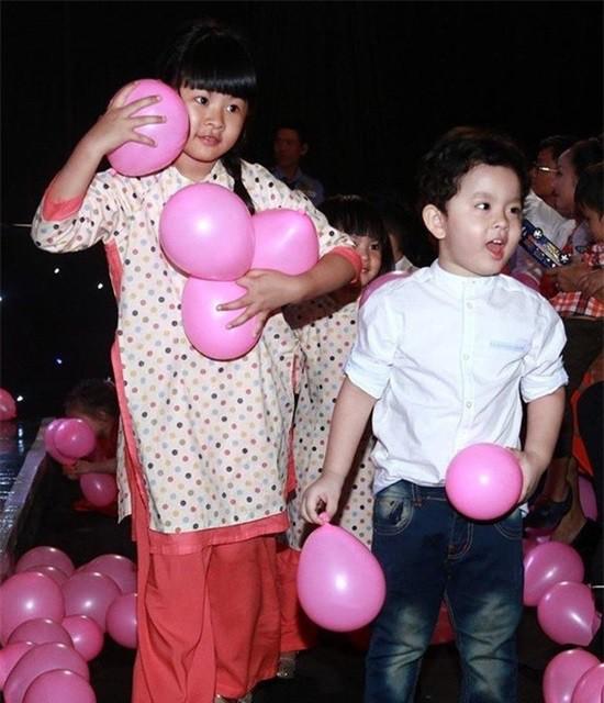 Cả 2 bé đều rất hòa đồng và vui vẻ chơi đùa cùng nhau.