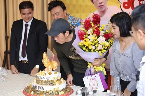 Kiều Minh Tuấn và Cát Phượng mang bánh kem ra mừng tuổi mới đàn anh Hoài Linh