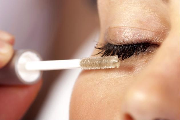 Kiên trì chuốt mascara từ dầu oliu mỗi ngày, hiệu quả đạt được sau 1 tuần sẽ khiến bạn bất ngờ - Ảnh: Internet