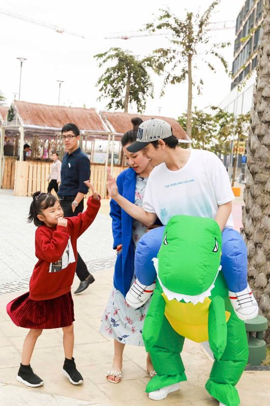 Cô rất vui bởi bạn trai Hền Sến rất quý mến Kỳ Kỳ và biết cách lấy lòng cô bé.