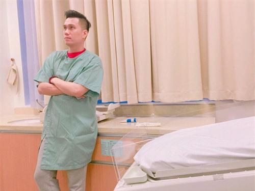 Khoảnh khắc căng thẳng của Việt Anh khi chờ vợ trong phòng sinh