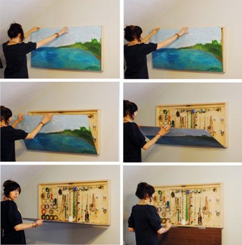 Tận dụng phía sau bức tranh để treo những vật dụng linh tinh trong nhà.