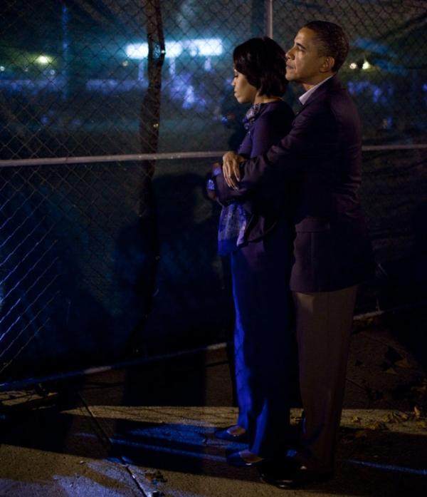 Ông Obama ôm vợ khi chờ phát biểu tại một sự kiện ở ĐH bang Ohio năm 2010.