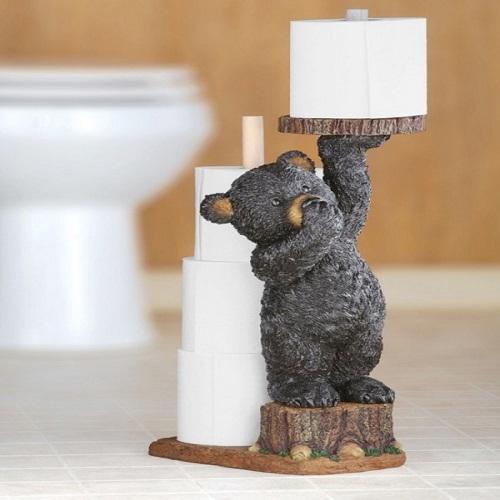 Chú gấu nhỏ bé một tay nâng cuộn giấy vệ sinh và tay kia bịt mũi đầy hài hước. Đây sẽ là một món quà hay ho cho bữa tiệc tân gia đó.