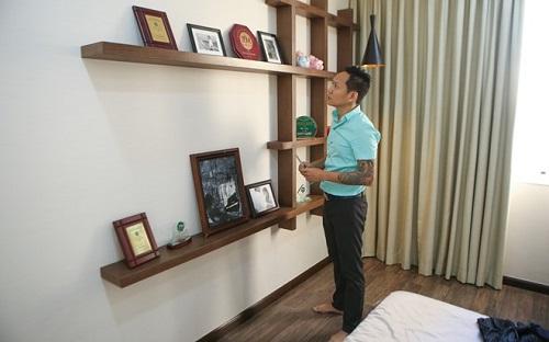 Phòng ngủ của nam ca sĩ có bày các giải thưởng mà anh từng đạt được.