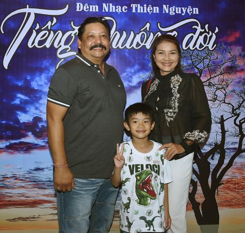Mẹ con diễn viên Kiều Trinh tham dự chương trình cùng doanh nhân kiêm diễn viên Ấn Độ Raja.