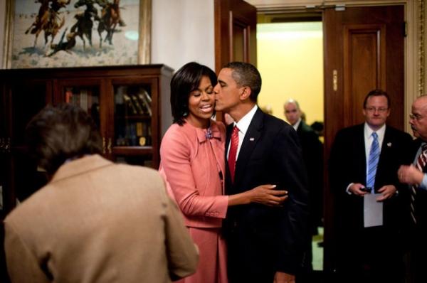 Ông Obama hôn lên má vợ.