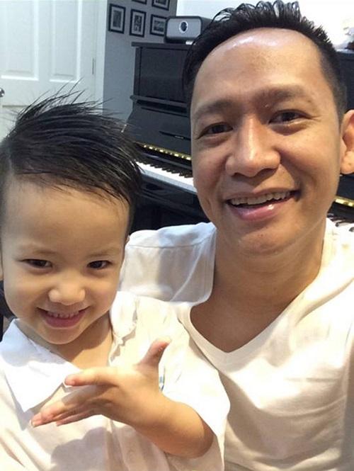 Nam ca sĩ cũng rất hay chia sẻ hình ảnh gia đình của mình lên facebook cá nhân.