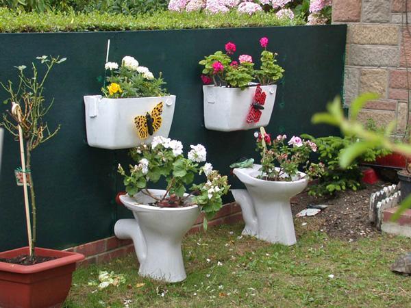 Dù hoa có thơm đến mấy nhưng liệu có ai dám tới gần ngửi hoa trồng trong bồn cầu hay không nhỉ?