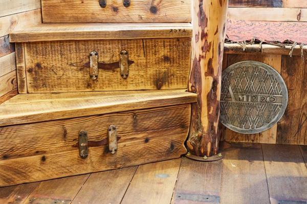 Phòng khách theo phong cách vintage với dãy ghế chữ L, bậc cầu thang dùng làm hộc đựng đồ và để trang trí.