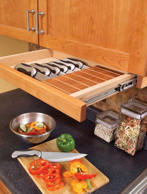 Ngăn kéo nhiều ngăn để cất dao gọn gàng.